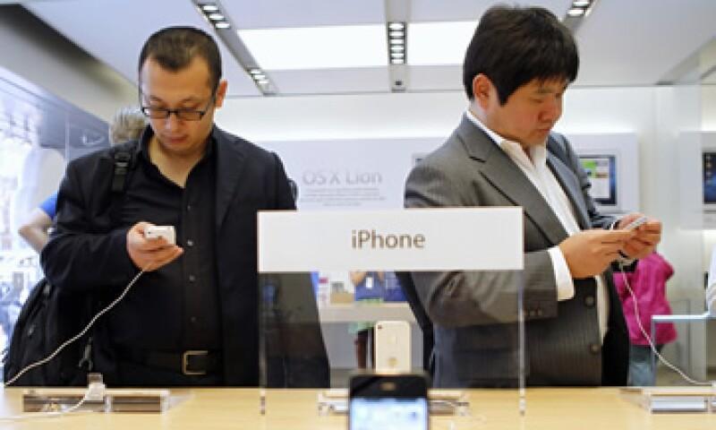 Los usuarios del iPhone 4S mencionan la poca duración de la batería como su peor característica. (Foto: Reuters)