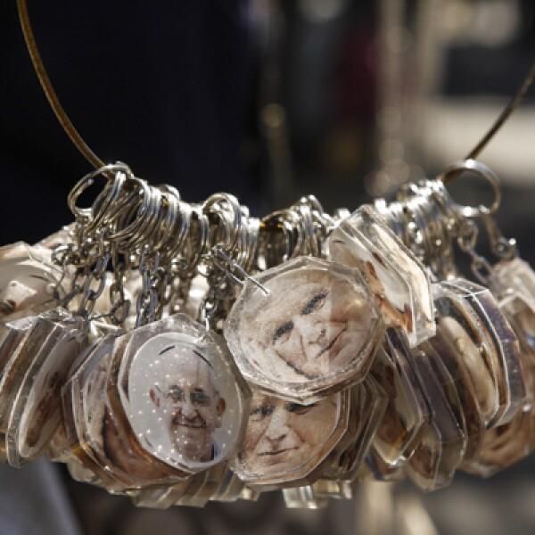 Algunos comerciantes aprovecharon el fervor católico para vender llaveros con la imagen del pontífice.