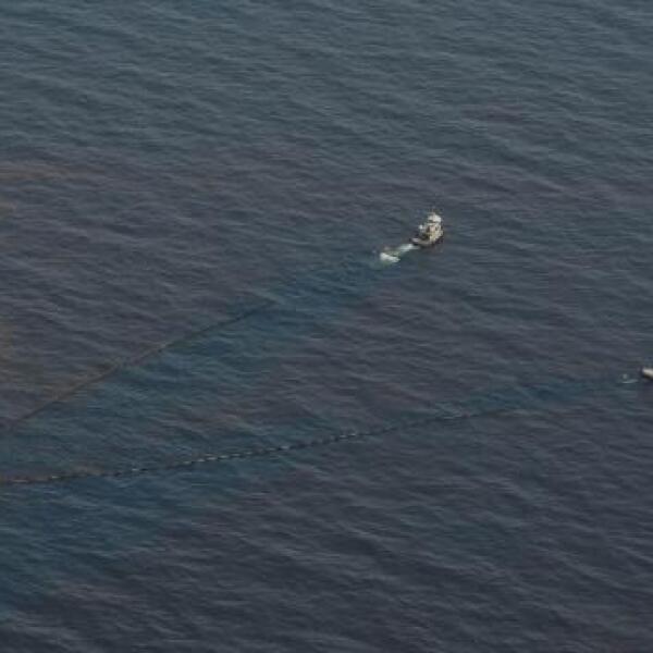 Barcos intentan detener el avance del derrame