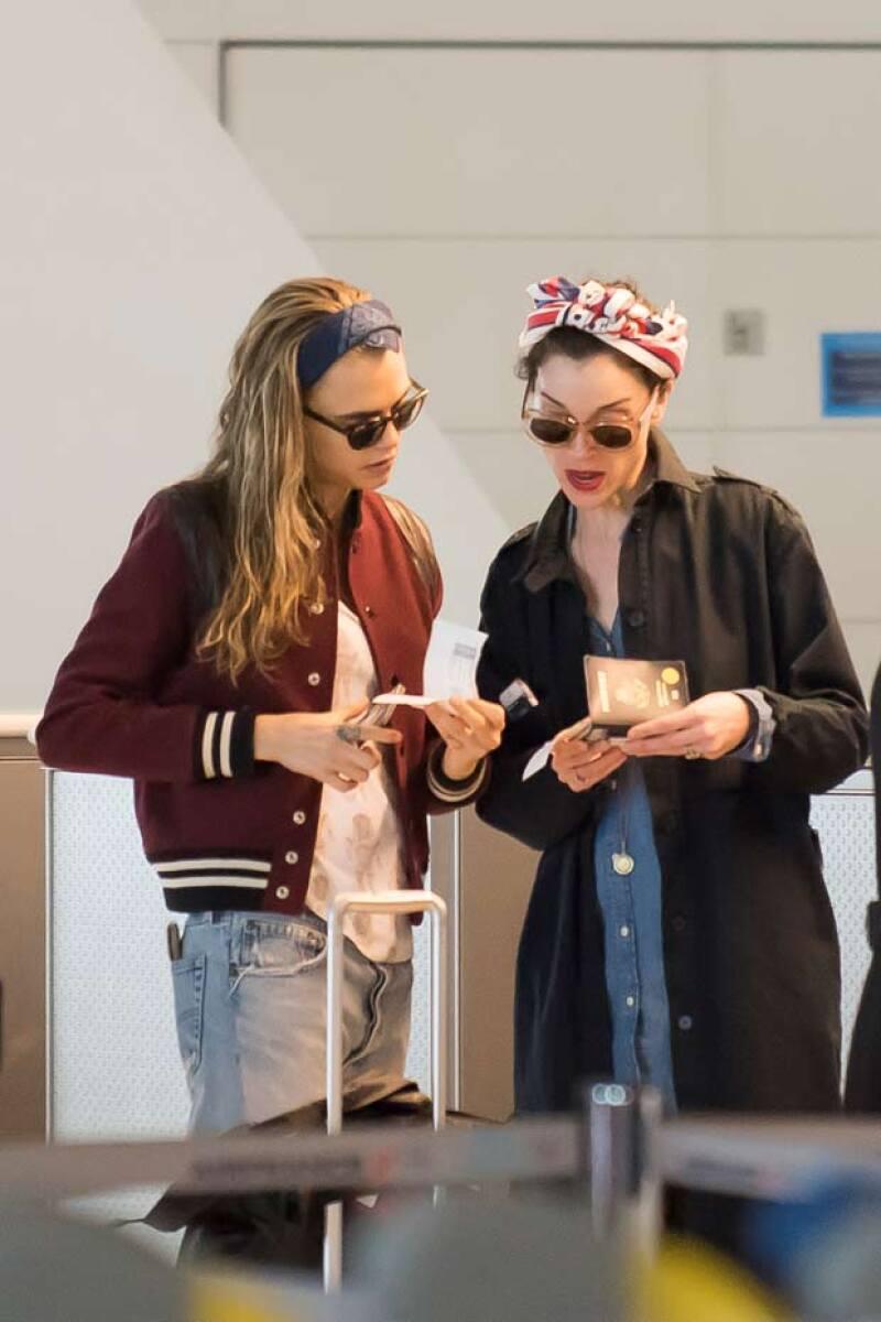 Cara y Annie fueron captadas en el aeropuerto por los paparazzi, siendo el anillo de la cantante el que llamara la atención por su tamaño.