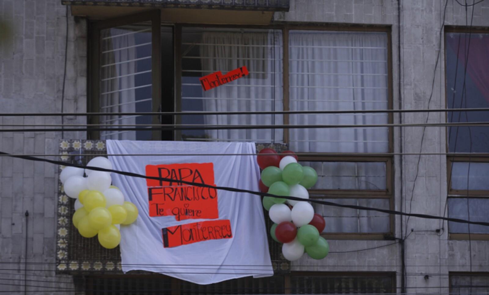 Las casas ubicadas en las calles por donde pasó el papamovil mostraron su afecto por Francisco.
