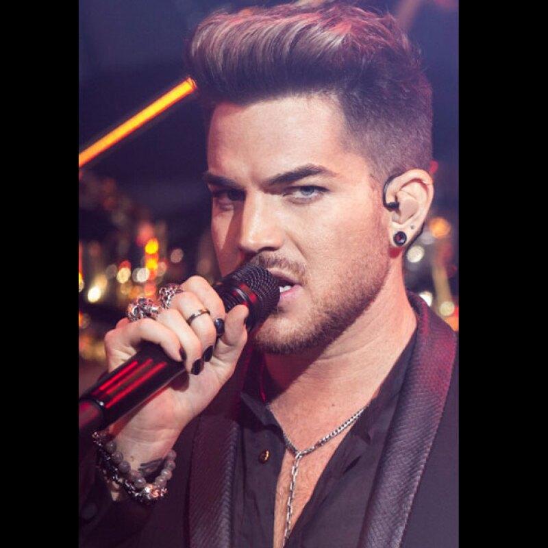El cantante usa las uñas en negro para cantar.