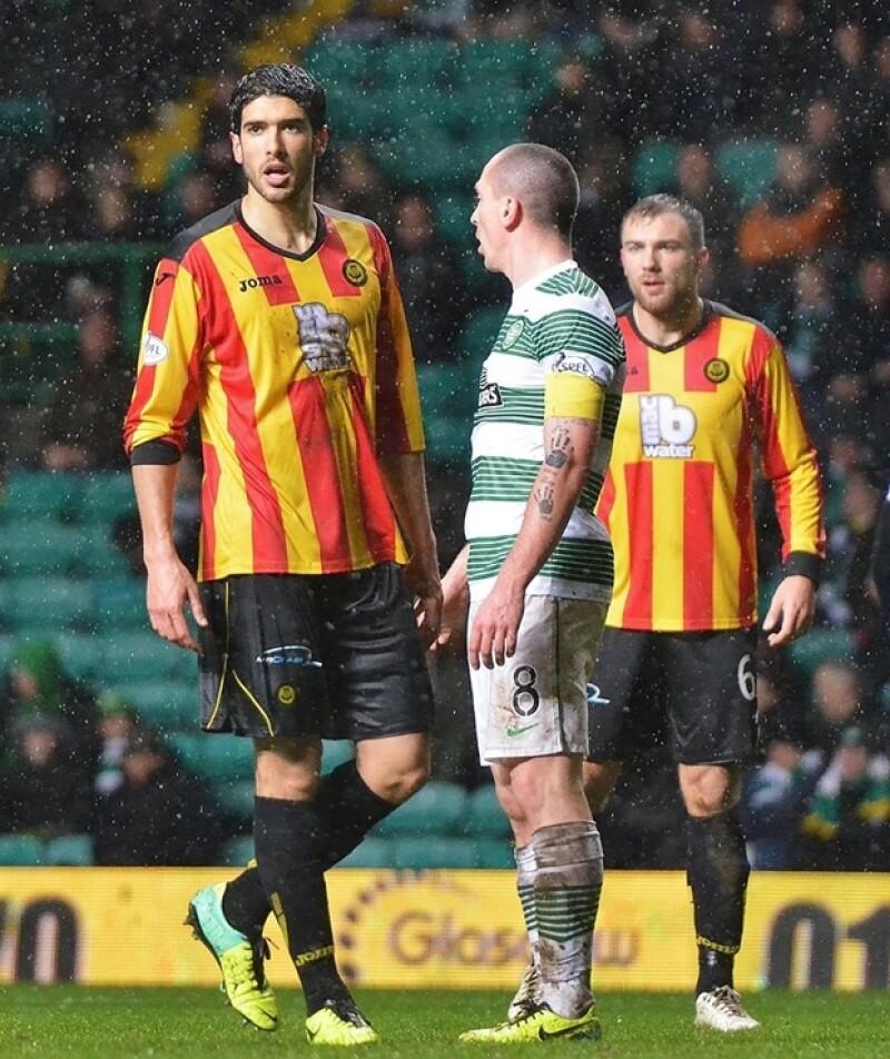 Si el apellido Rojo de la Vega no era suficiente para volverlo uno de los solteros más codiciados, su carrera como futbolista que lo ha llevado a conquistar Glasgow seguramente lo es.