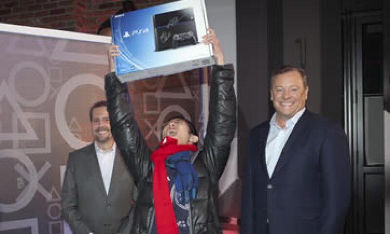 Joey Chiu, de 24 años, fue el primero en adquirir la nueva consola de Sony en EU. (Foto: Reuters)