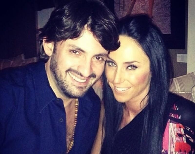 El novio de la conductora, Víctor Manuel Álvarez, le dio el anillo de compromiso este fin de semana durante una cena muy romántica.