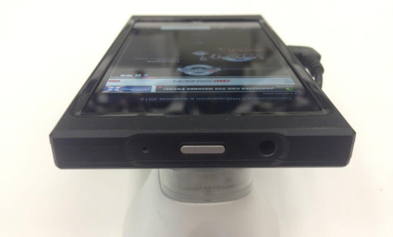 El conector para los audífonos y el botón para encender el equipo se encuentran en la parte superior.