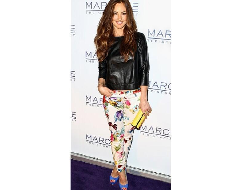 Minka Kelly usando jeans de patrones florales