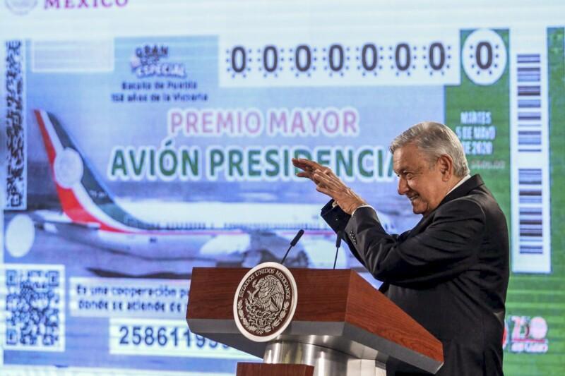 Andrés Manuel López Obrador, presidente de México, presentó el billete del sorteo del avión presidencial.
