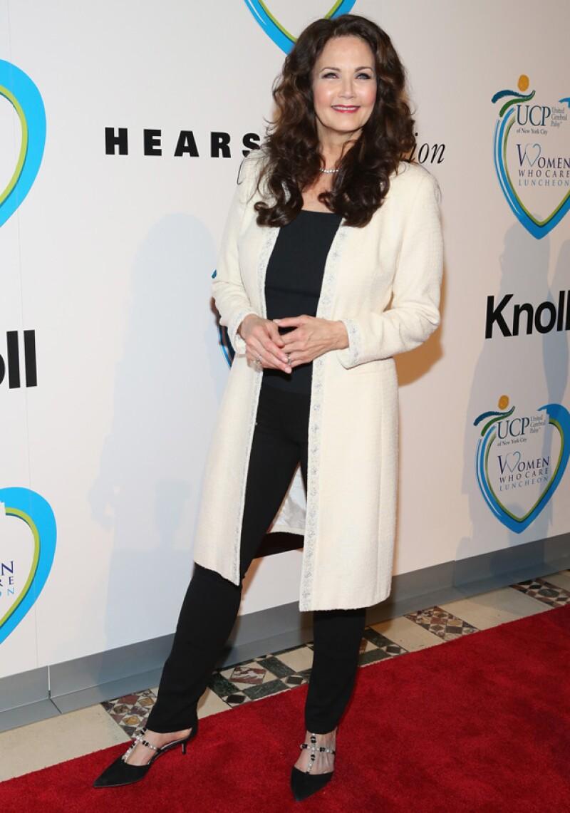Lynda Carter en una gala de este año. No sólo cuida su belleza, sino su forma de vestir.