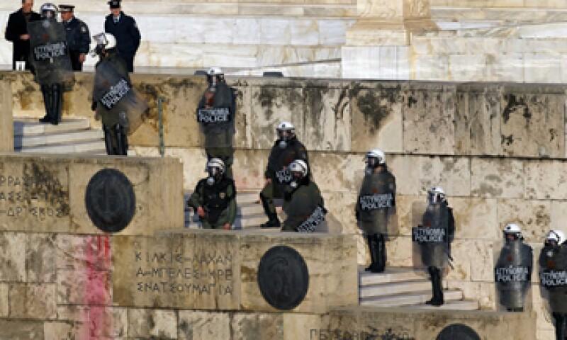 La Policía resguarda la sede del Parlamento ante las manifestaciones que repudian las medidas de austeridad. (Foto: AP)
