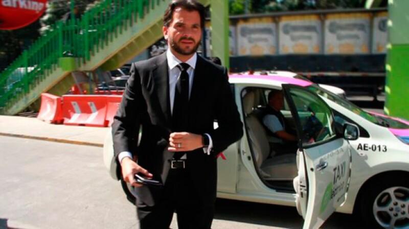 """Rafael Pacchiano publicó en su cuenta de Twitter que había contribuido con su """"granito de arena"""" transportándose en un taxi eléctrico, ¿qué dijeron los usuarios de la redes sociales de esto?"""