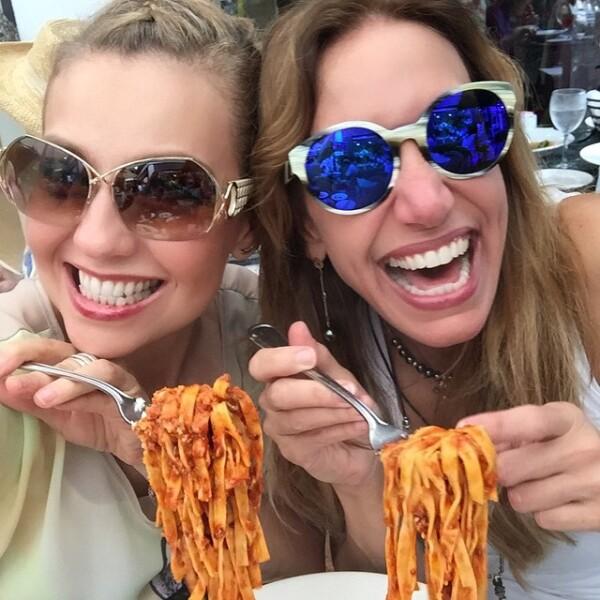 Thalía y Lili Estefan compartiendo un buen plato de pasta.
