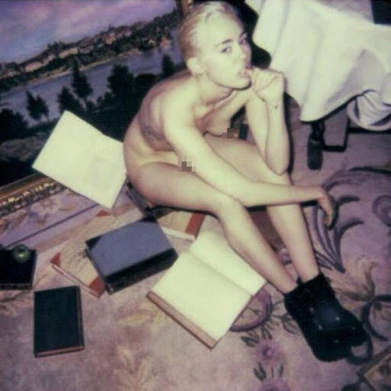 La cantante publicó en su cuenta una más de las imágenes que le hicieron para  'V Magazine' en la que raya mucho más en lo vulgar que en lo sexy.