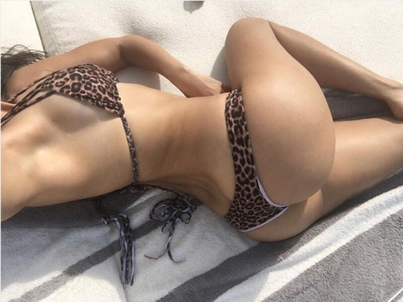 Mientras disfrutaba del sol en su casa de Los Ángeles, la hermana de Kim Kardashian le tomó una selfie a su booty para mostrarlo a sus seguidores de Instagram.