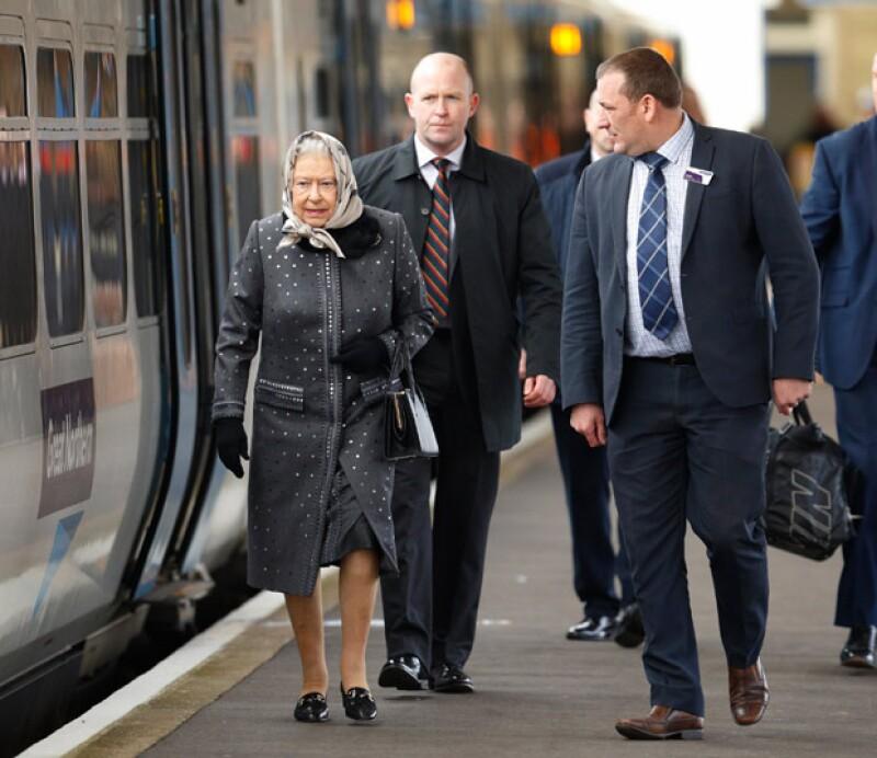 La reina se trasladó en tren y en primera clase, cuestión que ofendió al pueblo británico.