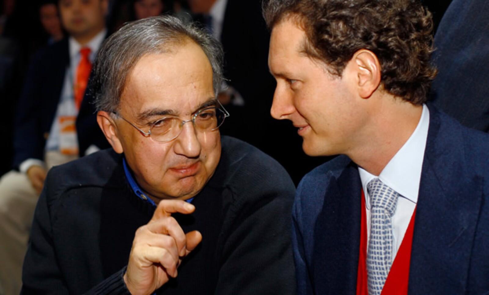 Sergio Marchionne (izquierda)  anunció que permanecerá como director ejecutivo de Fiat al menos por tres años más para supervisar la fusión de esa empresa con Fiat, la cual es dirigida por  John Elkann.
