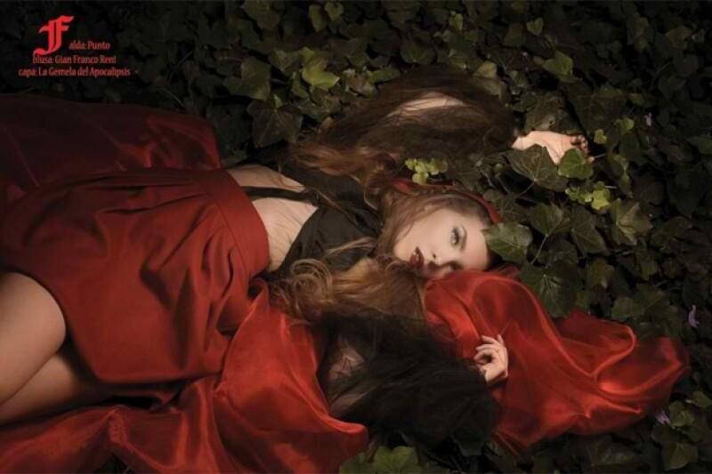 Unas imágenes comenzaron a circular en internet, en donde la cantante mexicana luce como la auténtica niña de la capa roja.
