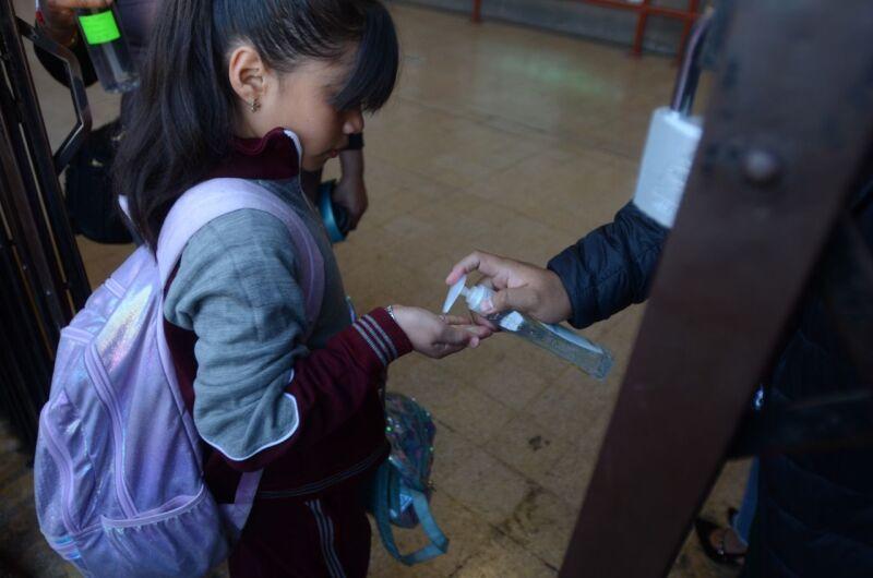 Foto alumna de una de las escuelas privadas, que anunciaron el regreso a clases presenciales