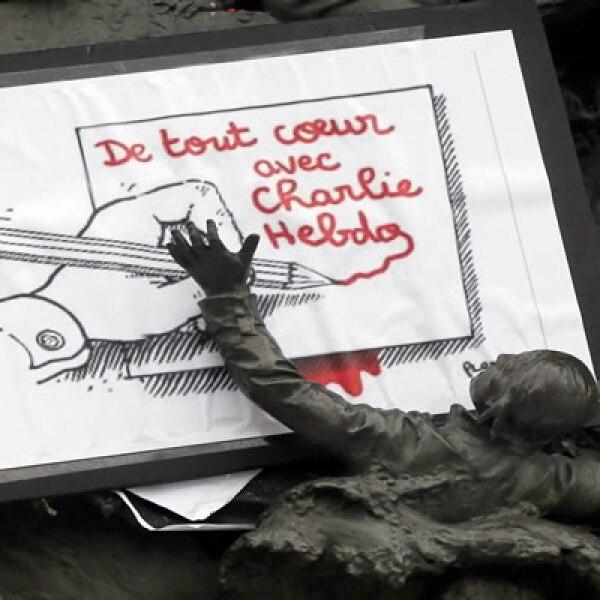 Meidos franceses y árabes condenaron el ataque en sus efitoriales y portadas.
