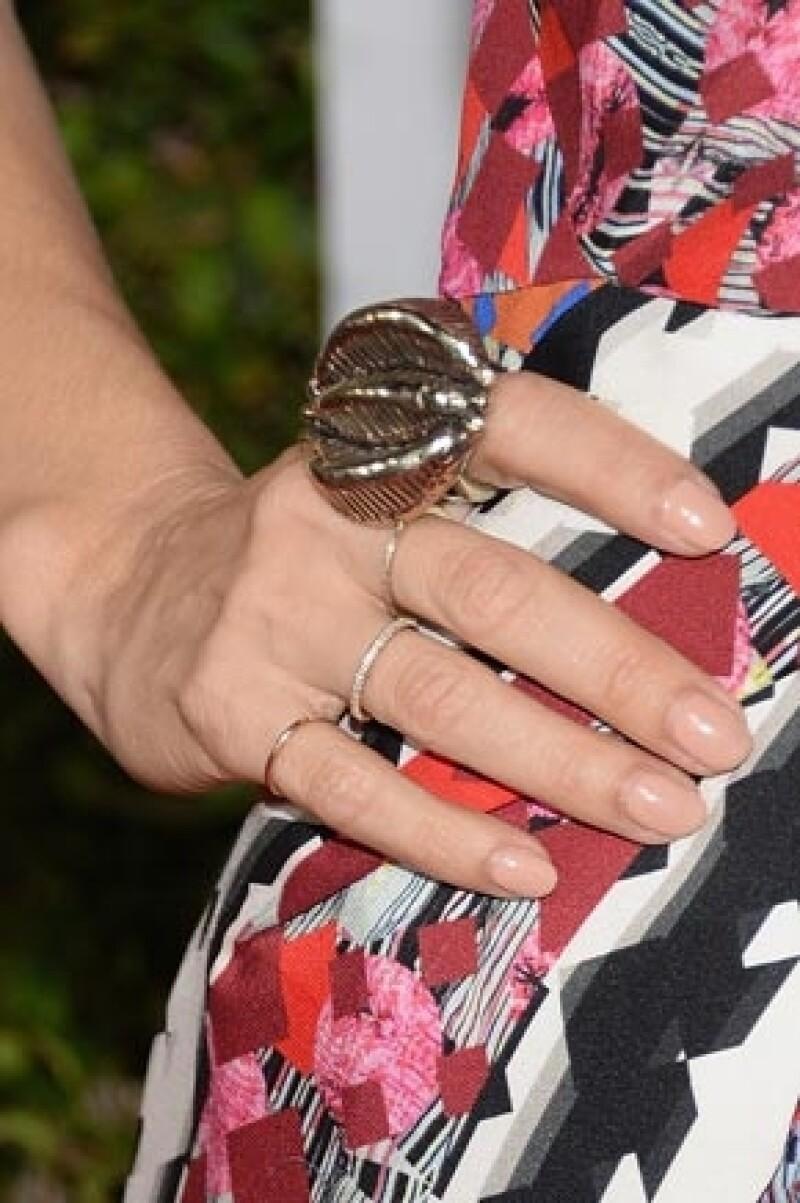 La veracruzana desfiló ayer por la alfombra roja lucieron un vestido estampado, el cual combinó perfectamente con maquillaje sencillo y un anillo que llamó la atención por su tamaño.