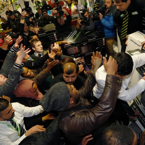 Cientos de personas se aglutinaron en las tiendas  para conseguir las mejores ofertas, por lo que los agentes policiacos utilizaron las redes sociales para pedir a los consumidores que mantuvieran la calma.