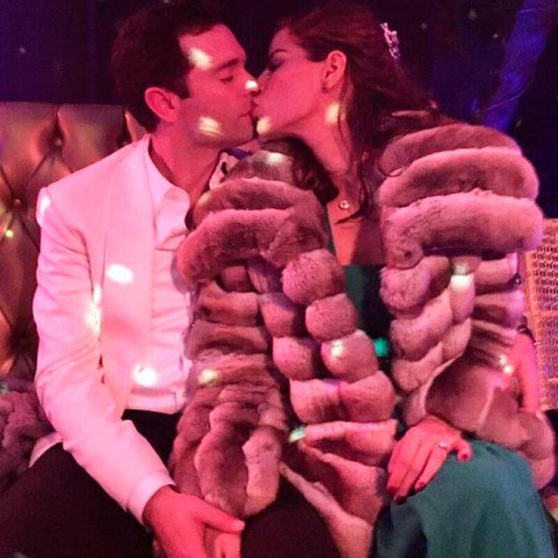 La pareja disfrutó de su amor este fin de semana en un casino acompañados por varios amigos.