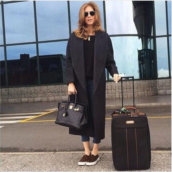 Logró un look elegante y cómodo al combinar el saco oversize de Calvin Klein con los flats que diseñó para Steve Madden.