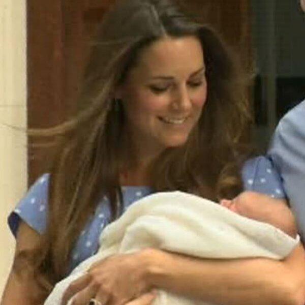 Tras unos breves momentos la pareja y su bebé ingresaron de nueva cuenta al hospital para finalmente abandonar el edificio para dirigirse a su hogar.