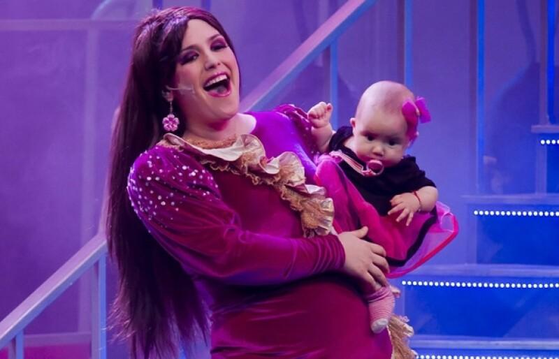 La actriz decidió no separarse de su hija mientras trabaja, por esa razón la pequeña Angélica Masiel ha subido al escenario junto con su mamá.