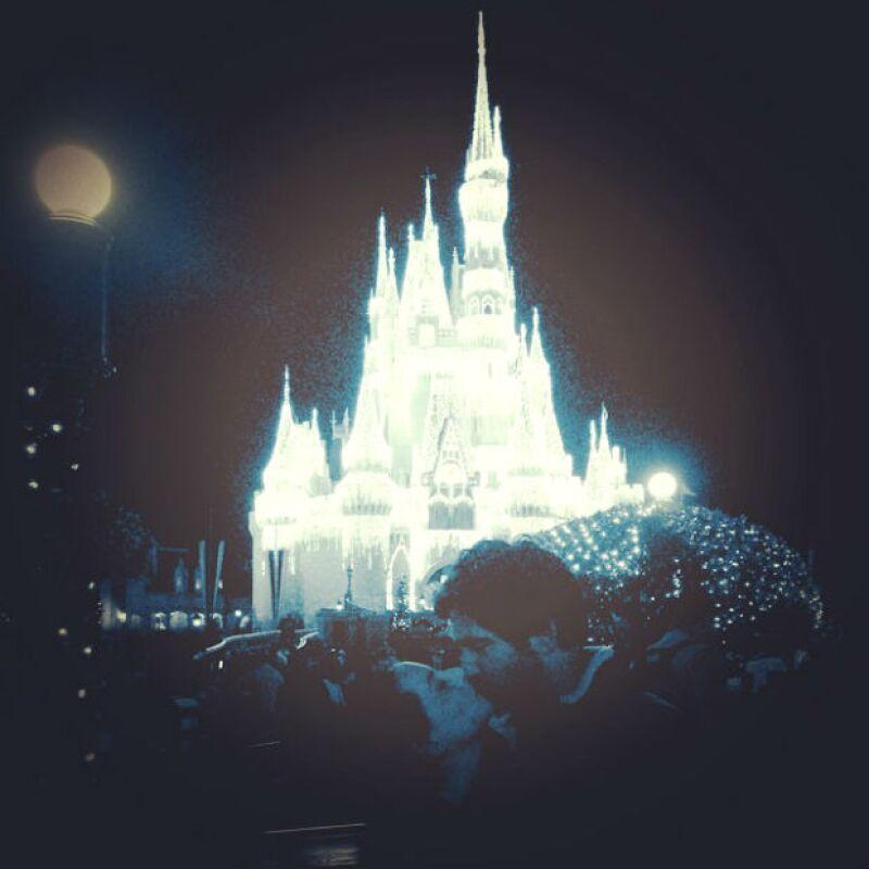 Un beso de cuento es el que comparten Claudia y Eamonn desde Disney.