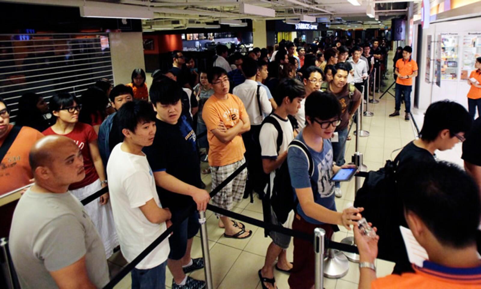Decenas de personas fueron a la tienda comercial M1 Limited en Singapur para comprar la primer 'tablet' de Apple con tecnología Long Term Evolution (LTE) o 4G.