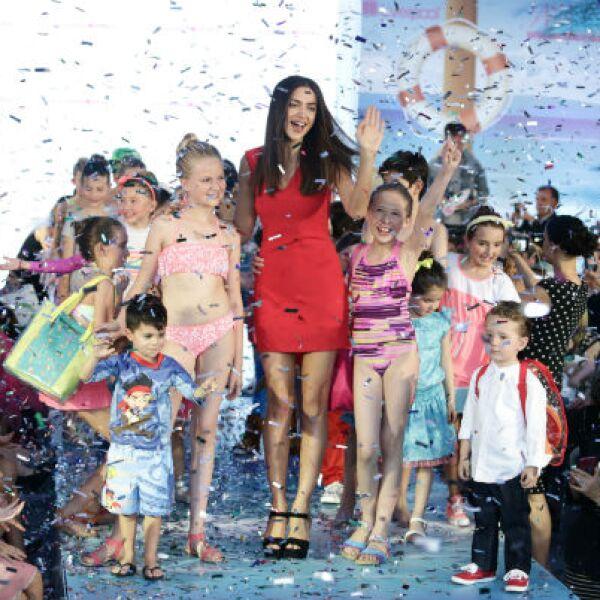 La belleza rusa acompañó a los pequeños modelos.