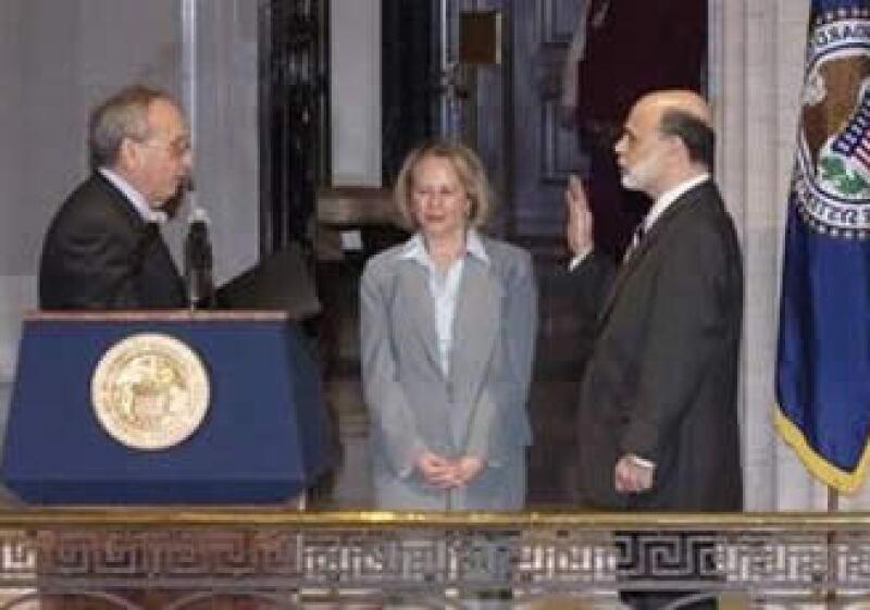 Bernanke presentó su juramento ante el vicepresidente de la Fed, Donald Kohn, mientras su esposa Anna observaba la ceremonia. (Foto: Reuters)