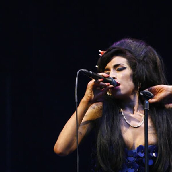 """La cantante británica Amy Winehouse, una de las voces más talentosas de su generación y cuya canción """"Rehab"""" resumía sus problemas con las adicciones, murió este sábado en Londres a los 27 años de edad."""