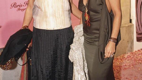Por la alfombra rosa de la presentación de la fragancia de Paris Hilton desfiló con un vestido gris satinado.