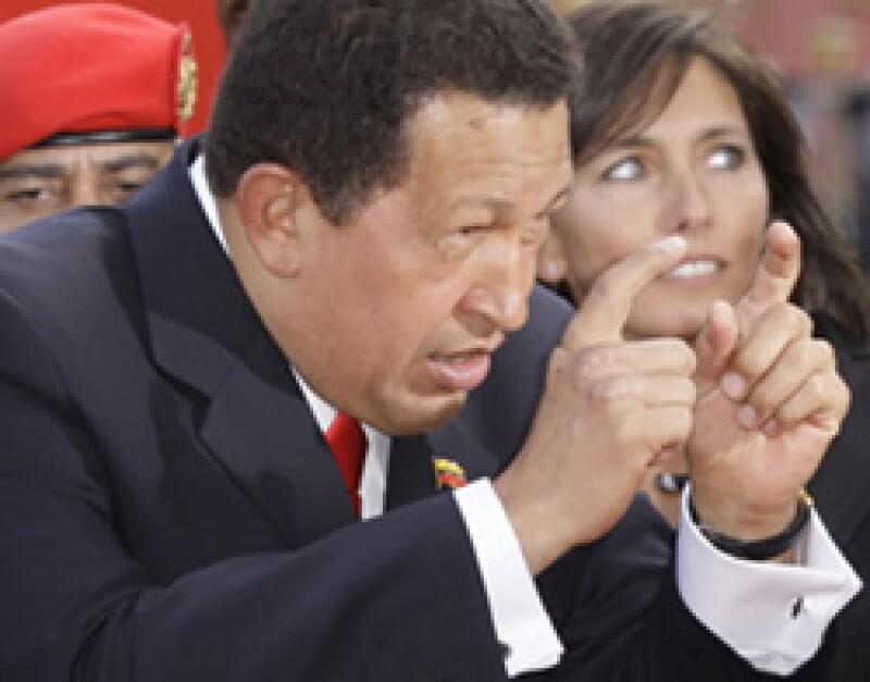 El presidente de Venezuela, Hugo Chávez, pidió una cámara de un fotógrafo para tomarse a sí mismo en la alfombra roja dle Festival de Venecia. (Foto: AP)