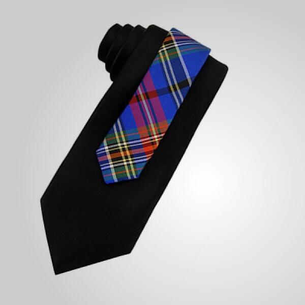 Esta corbata, en color azul, puede combinar con tu traje para celebrar la Noche Buena.