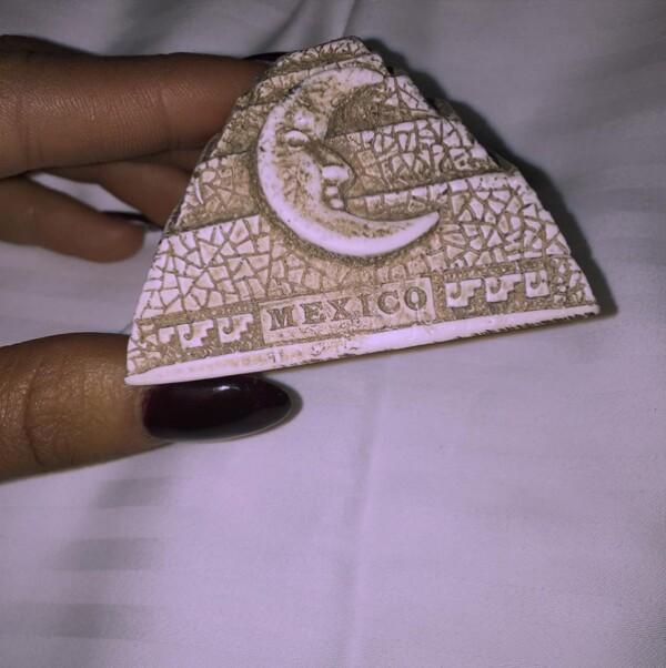 Esta fue la única foto que Ariana compartió en México, con un souvenir con una Luna.