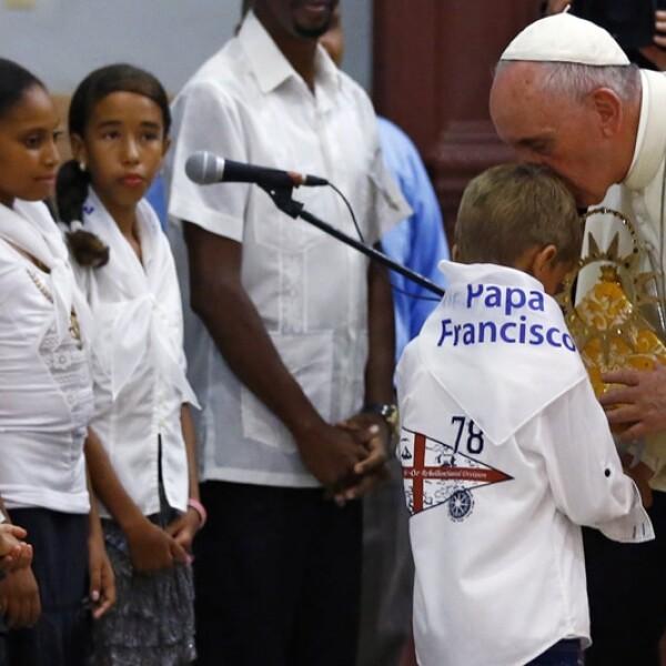 El papa besa a un menor del coro de Nuestra Señora de la Caridad de El Cobre