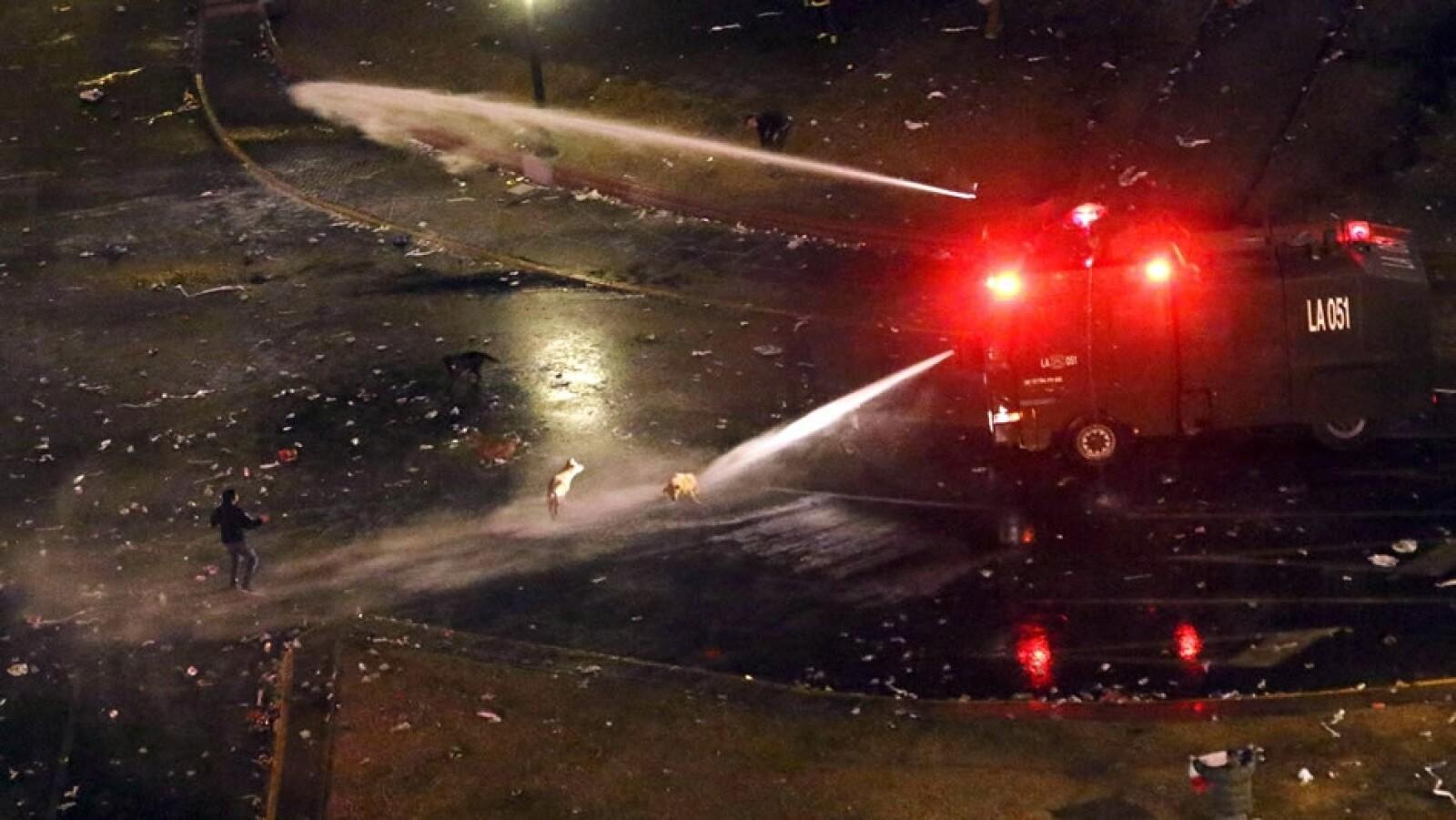 Los festejos se convirtieron en enfrentamientos con la policía, que lanzó chorros de agua a varios aficionados