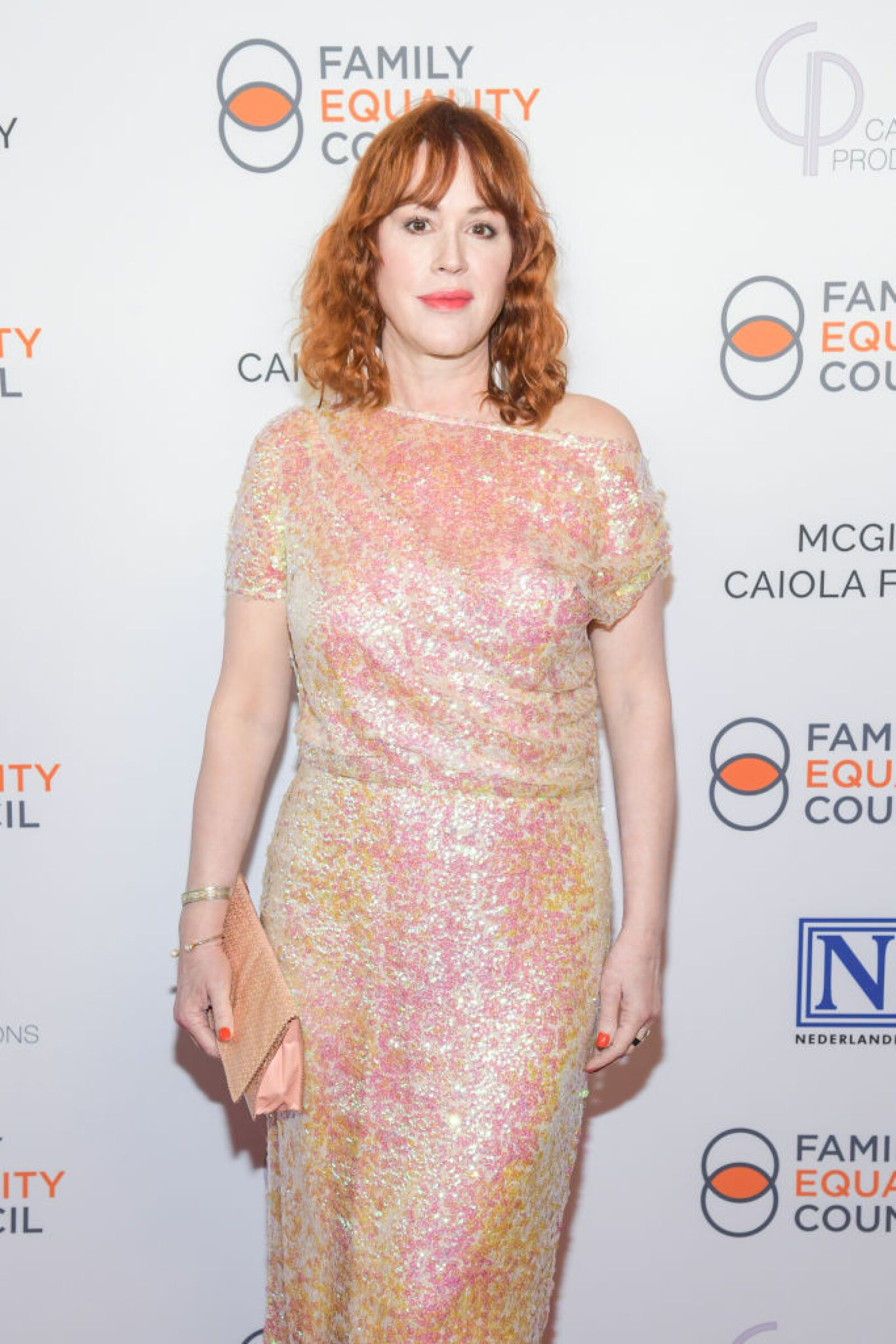 Molly Ringwald de 52 años interpreta a Sara Flynn en The Kissing Booth