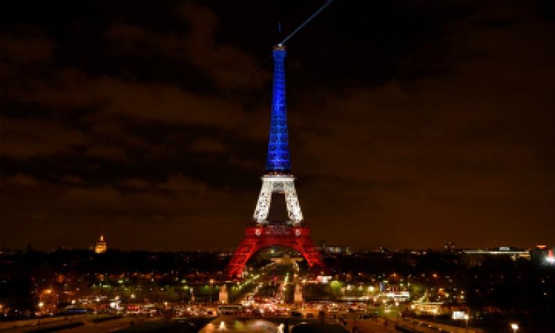 La torre Eiffel fue iluminada con los colores de la bandera francesa tras los atentados. (Foto: AFP)