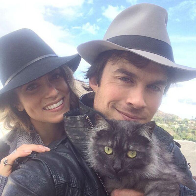 Ian y Nikki con Sohalia, una gatita que adoptaron hace dos meses.