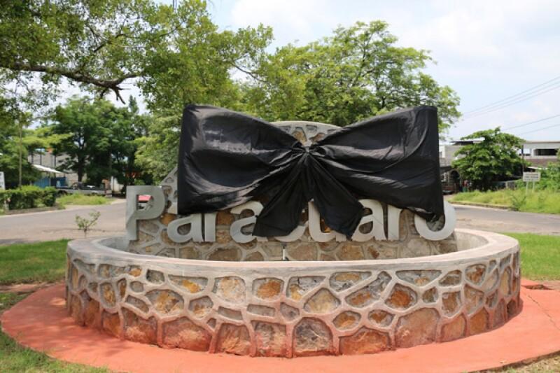 En Parácuaro, Michoacán, ya hay un moño negro en el centro como homenaje a Juan Gabriel.