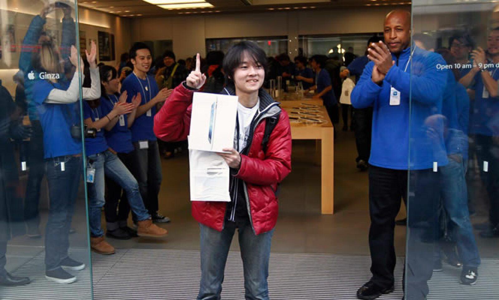 La popular 'tablet' de Apple sale a la venta este viernes y usuarios de varias partes del mundo hicieron fila en distintas tiendas para ser de los primeros en poseer el nuevo equipo. En la imagen, Ryu Watanabe, el primer comprador en la tienda de Ginza, e