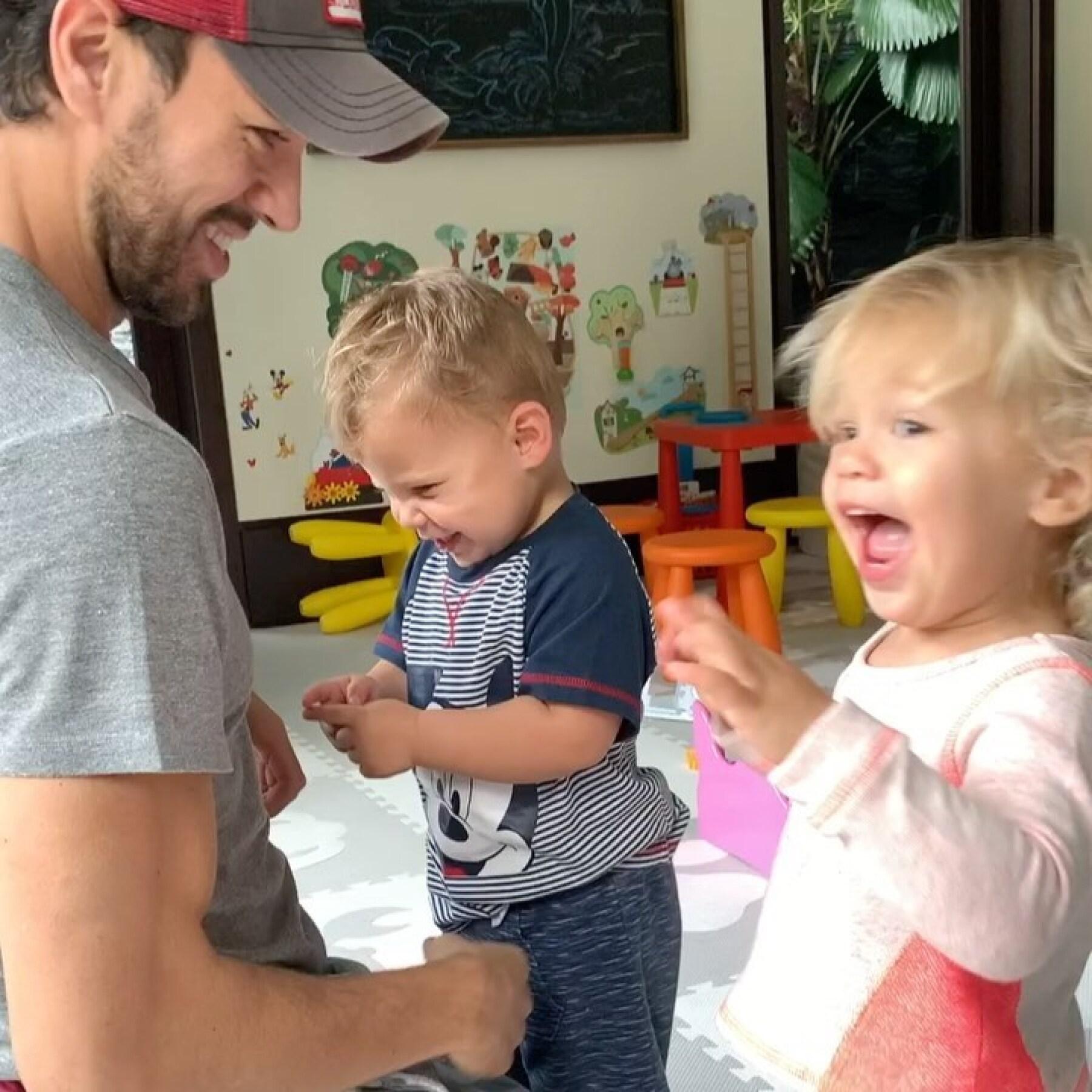 Enrique Iglesias con sus mellizos Lucy y Nicholas