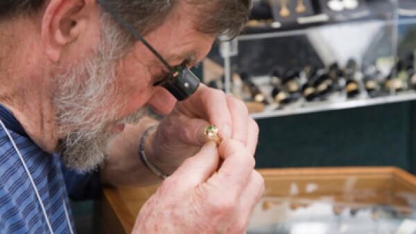 Alrededor de 80% de las personas que empeñan joyas suelen recuperarlas, contra 60% que lo hace si deja un electrónico.(Foto: iStock by Getty Images )