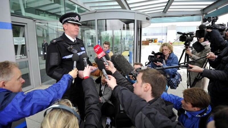 el superintendente darren tomkins lee un comunicado en el aeropuerto stansted
