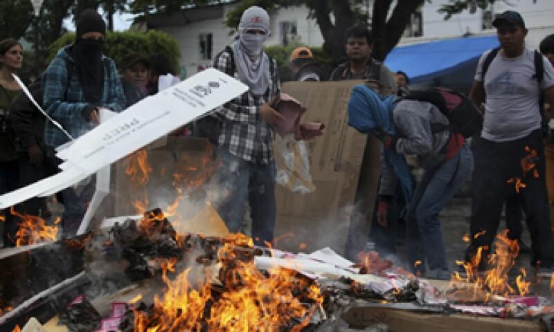 Simpatizantes de la Asamblea Popular quemaron papelería electoral en las votaciones del 7 de junio. (Foto: Cuartoscuro/Archivo )