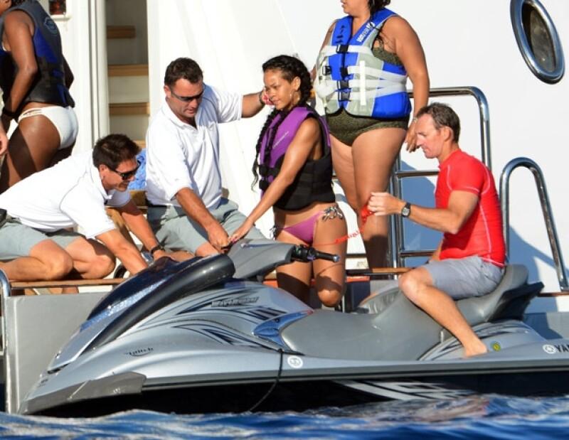 Los vigilantes de St. Tropez, acudieron hablar con ella sobre sus esquís de jet, pero al percatarse estos que era la estrella, subieron a bordo del barco a platicar con la artista.